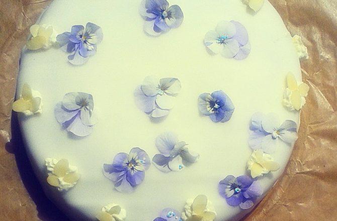 Meine himmlische Veilchen-Blüten-Torte